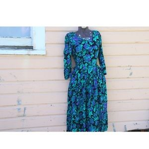 Classic 1980s floral dress. Boho. Long sleeved.